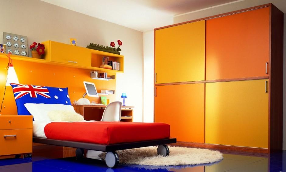 Яркий шкаф и раздвижная кровать для комнаты подростка