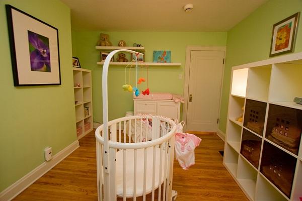 Детская комната с полукркглой белой детской кроватью