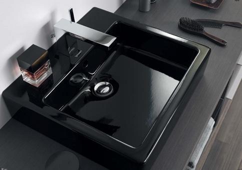 Черная итальянская сантехника квадратной формы