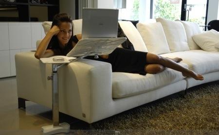 Легкий и удобный стол для ноутбука подойдет к любому рабочему месту