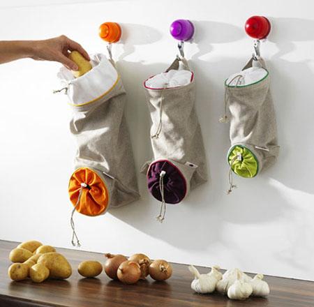 Сшитые мешочки для хранения лука, картошки и овощей на кухне.