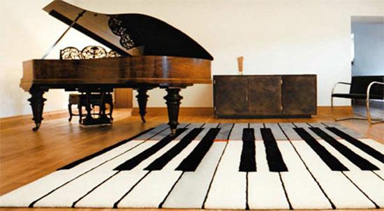 Ковер с интересным рисунком в виде музыкальных клавиш
