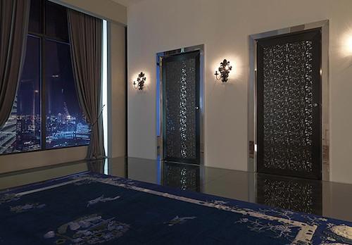Дверь в стиле хай-тек из металла и кожи