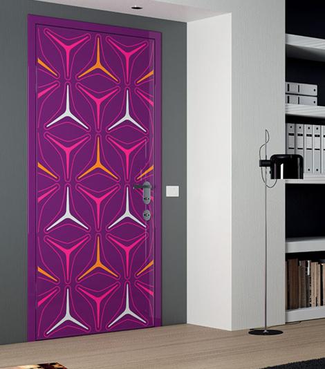 Яркие стикеры сделают обычную дверь яркой и уникальной
