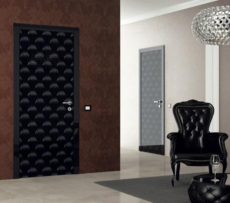Дверь с виниловыми наклейками в черно-белой гамме