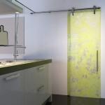 Стеклянная дверь с рисунком для ванной комнаты
