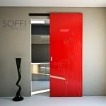 Сдвигающаяся дверь ярко красного цвета