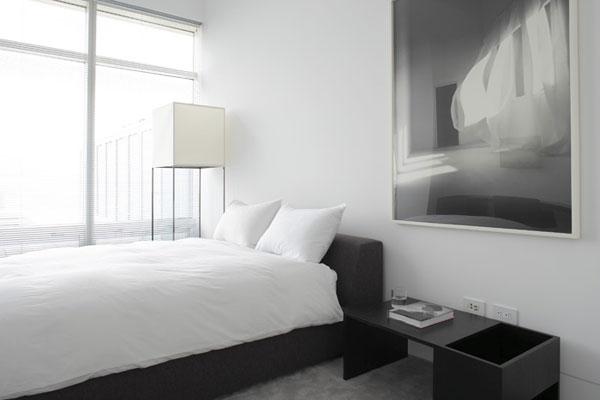 Пример интерьера спальни в черно-белых тонах