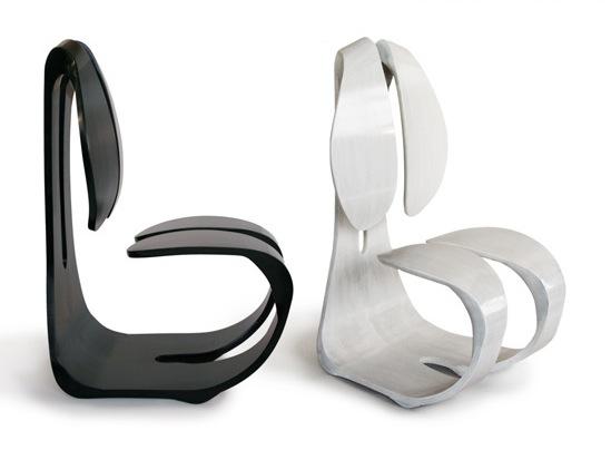 Авторские кресла черного и белого цветов