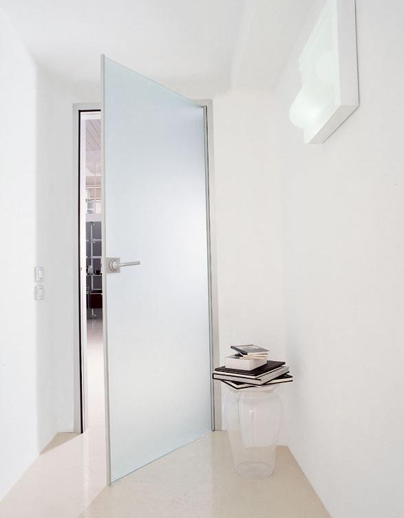 Белая полупрозрачная дверь