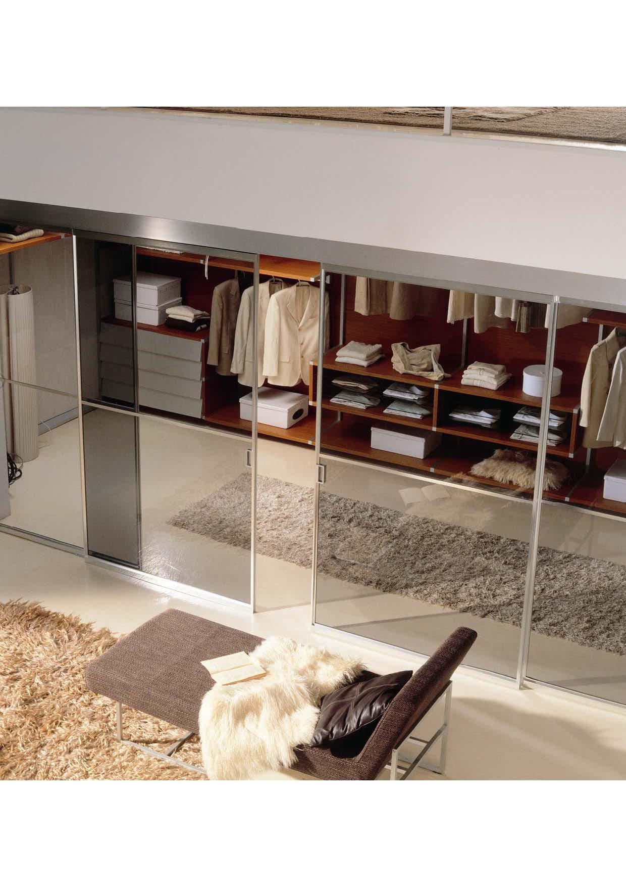 Прозрачные раздвижные двери в гардеробную