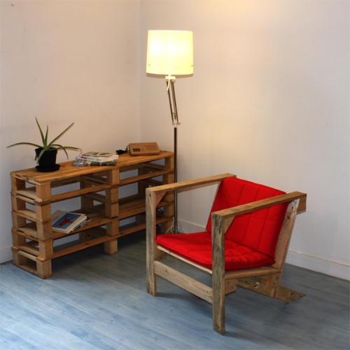 Стеллажи и кресло переделанные из старых деревянных палет