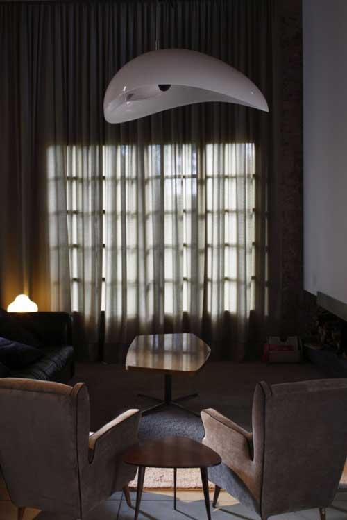 Колонки футуристичной формы для хорошей акустики в помещении