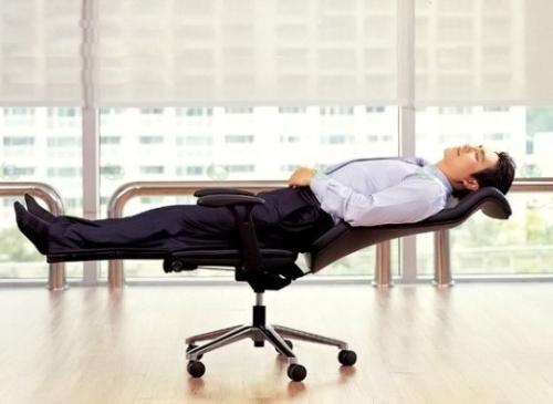 Раскладывающееся офисное кресло для работы и отдыха.