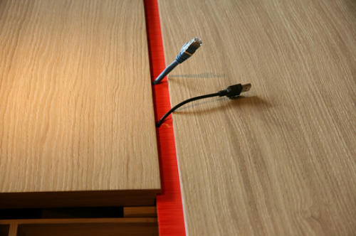 Современный компьютерный стол со скрытыми проводами