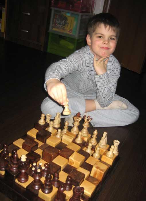 Довольный сын с новыми шахматами