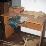 Мини-верстак и электролобзик, выпиливание фанерной коробки