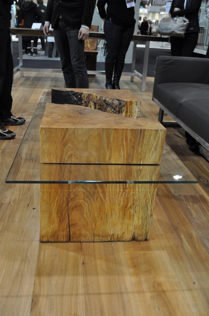 Журнальный столик из стекла и массива дерева