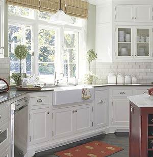 Дизайн кухни в белых тонах с большой фарфоровой мойкой
