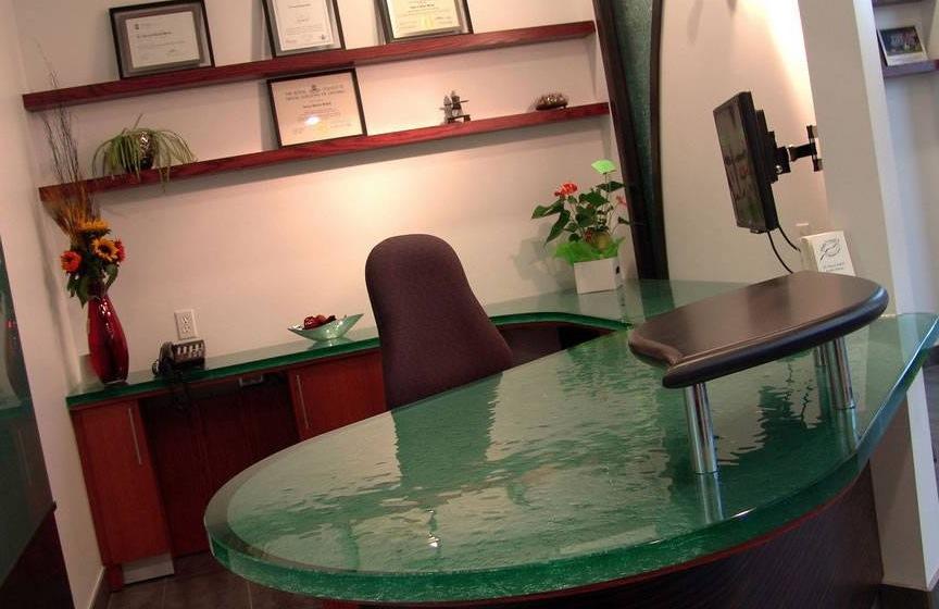 Рабочий стол со столешницей из полупрозрачного стекла
