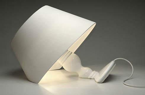 Классическая настольная лампа тонущая в поверхности