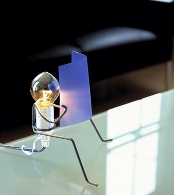 Оригинальная настольная лампа в виде сидящего проволочного человечка