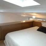 Спальня, кровать-чердак на втором уровне малометражной квартиры