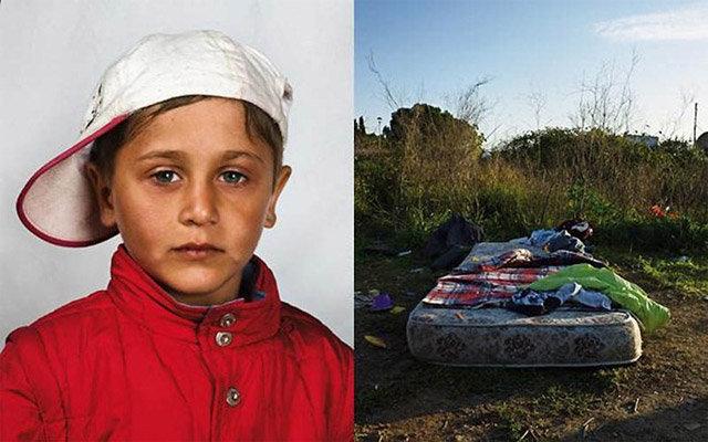 Румынский цыганский мальчик спит на матрасе под открытым небом зато в Италии
