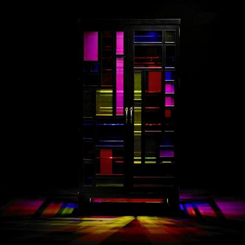 Шкаф с металлическим каркасом и разноцветными витражами