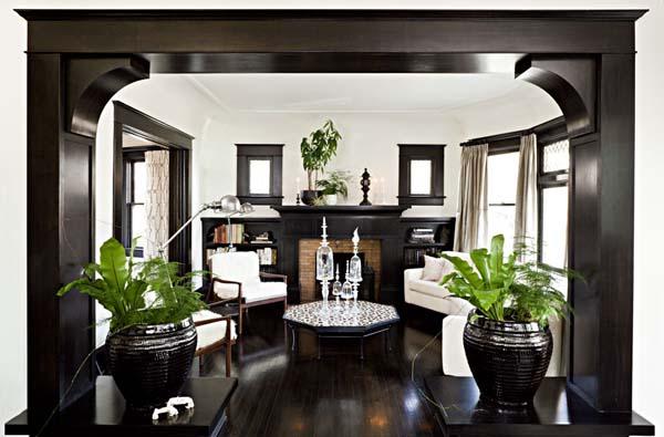 Гостиная оформленная в черно-белых цветах, натуральное дерево в отделке