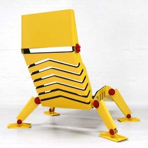 Ярко желтое кресло с черными вставками