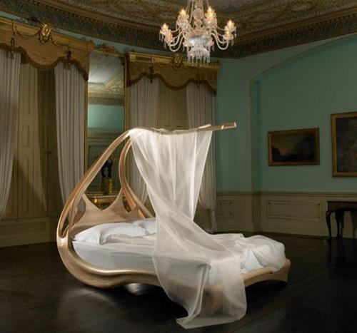 Оригинальная  кровать с балдахином; резное дерево