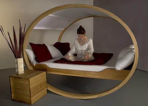 Кровать с балдахином на круглой подставке
