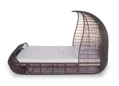 Плетеная кровать с балдахином у изголовья