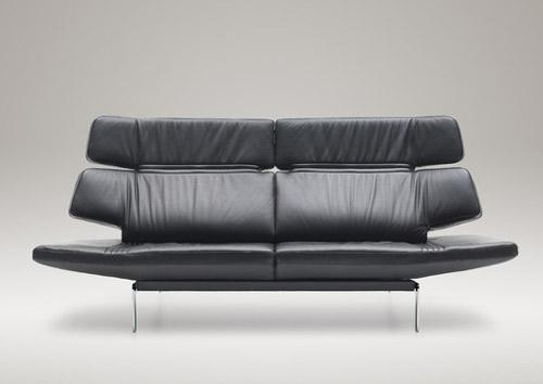 Изящный и удобный диван обтянутый черной кожей