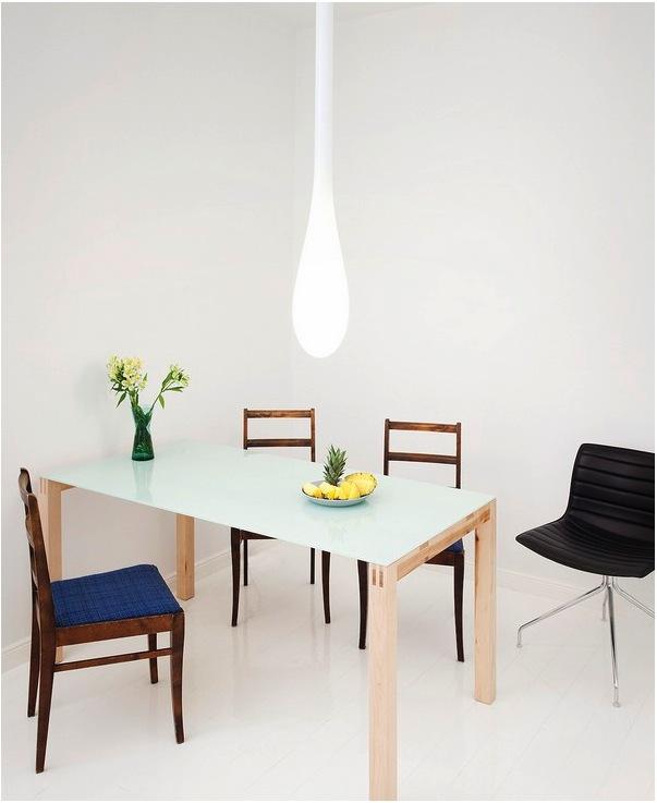 Светлый обеденный стол с тонированной столешницей