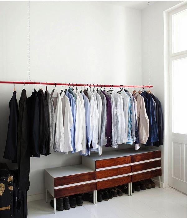 Открытый гардероб в современном интерьере
