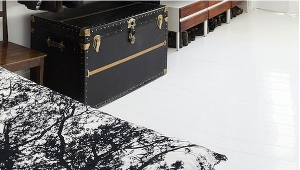 Кожаный комод в открытом клозете-гардеробе