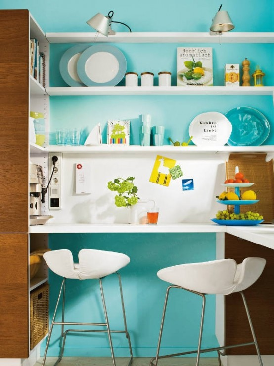 Узкая столешница у стены на кухне; экономия места
