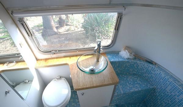 Общий вид компактной ванной комнаты уголка в передвижном трейлере
