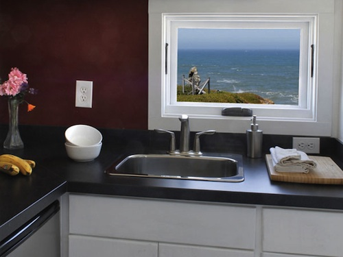 Мини кухня в доме трейлере на колесах