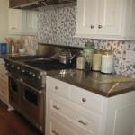 Сочетание белой кухни и пестрой плитки на фартук