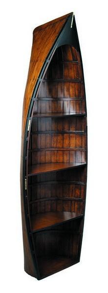 Оригинальные книжные полки в виде деревянной лодки
