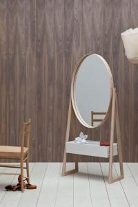 Овальное зеркало в дубовой рамке
