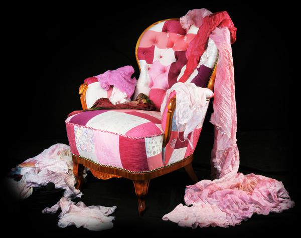 Классическое высокое мягкое кресло