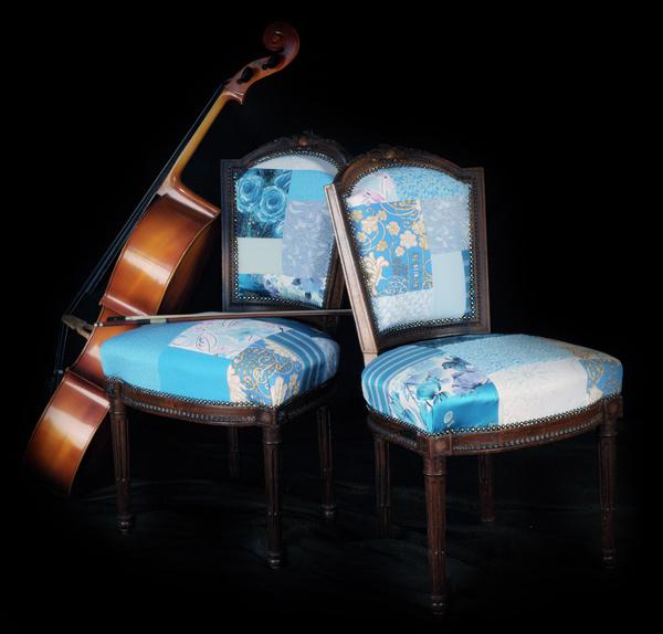 Классические мягкие стулья заново перетянутые