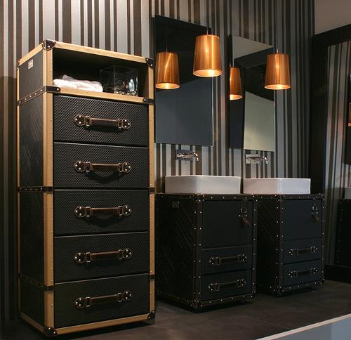 Мебель для ванной из кожаных чемоданов
