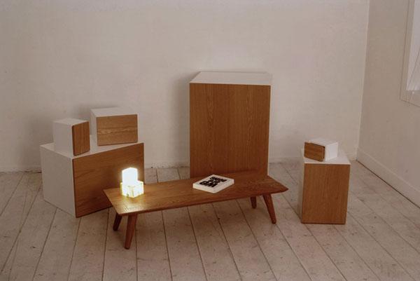 В разобранном виде, шкаф состоит из отдельных ящиков и невысокого продолговатого столика