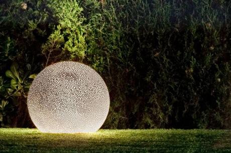 Садовая лампа из керамики круглой формы