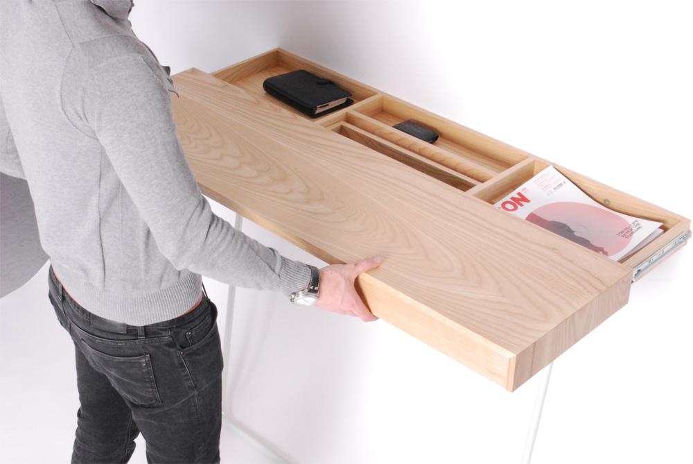 Небольшой рабочий стол со сдвигающейся столешницей